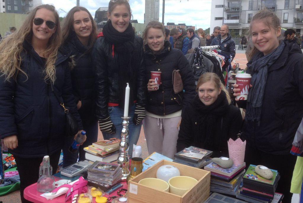 Vores internationale klasse samarbejder med deres amerikanske venskabsklasse om at samle penge ind til syriske flygtninge ved at lave lotteri, kagesalg og loppemarked