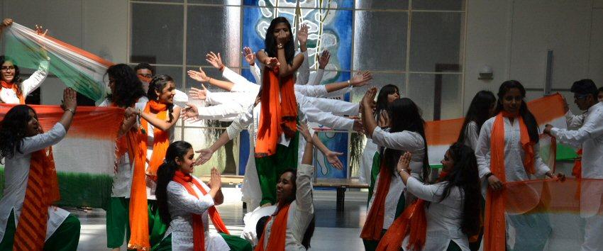 Genbesøg fra Indien - dans i aulaen