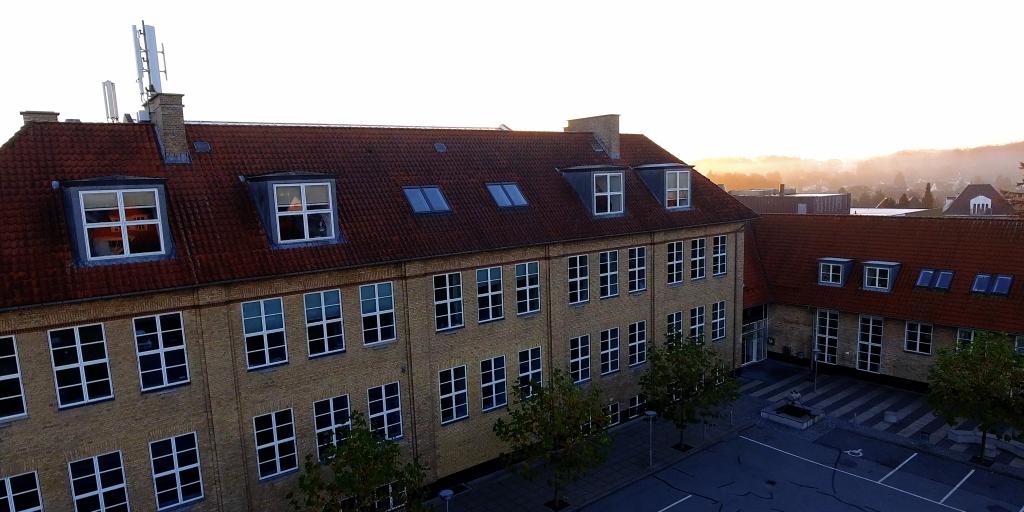 Skolen set fra luften mod hovedindgangen